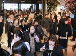 オープンと同時に店内に入る買い物客(3日午前、福岡市博多区の博多阪急)