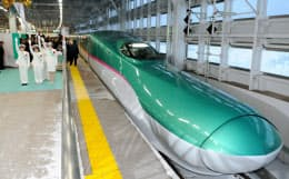 JR新青森駅を出発する東北新幹線の新型車両E5系「はやぶさ」の一番列車(5日)=代表撮影・共同