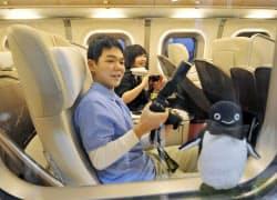 東北新幹線「はやぶさ」の一番列車のグランクラスで出発を待つ乗客(5日、JR新青森駅)=共同