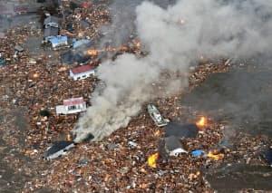 仙台空港の周辺では多くの家屋が津波にのみ込まれた(11日午後4時ごろ、宮城県名取市)=共同