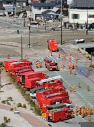 東京電力福島第1原発への放水作業を行うため集まった消防車両(18日午後、福島県いわき市)=共同