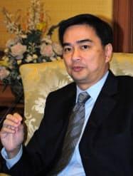 日本メディアとの会見に応じるタイのアピシット首相(24日、バンコク)
