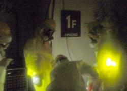 23日、福島第1原発で1、2号機の中央制御室に電源を供給するため、発電機に燃料を補給する東電社員(経産省原子力安全・保安院提供)=共同