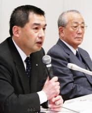 記者会見する日航の大西社長(左)と稲盛会長(28日、東京都品川区)