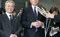 海江田経産相との会談後に記者会見する、日立製作所の中西宏明社長(左)とGEのイメルト会長=4日午後、経産省