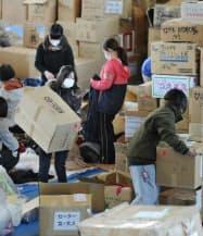救援物資を仕分けするボランティアの大学生ら(5日午前、宮城県気仙沼市)=写真 寺沢将幸