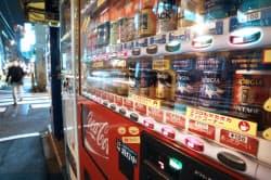 6月上旬から輪番で冷却停止するコカ・コーラの自動販売機(15日午後、東京都千代田区)