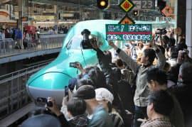 東北新幹線が全線復旧し、JR東京駅を出発する「はやぶさ」の始発列車(29日午前)=写真 松本勇