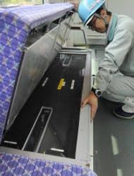 川崎重工業が開発した大容量ニッケル水素電池「ギガセル」(電車の座席下に内蔵)