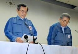 記者会見の冒頭で、原発事故を謝罪する東京電力の清水正孝社長(左)と西沢俊夫次期社長(20日、東京都千代田区)