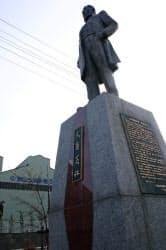 釜石製鉄所前に立つ大島高任像