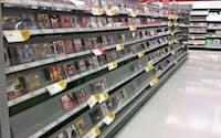 米量販店「ターゲット」のDVD売り場。DVDを探す客が見あたらず、棚にはすき間が目立つ
