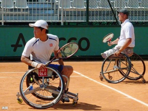 車いすの部の男子ダブルスで優勝した国枝(左)、パイファー組(3日、パリ)=共同