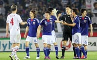 チェコと0-0で引き分け、タッチを交わす日本代表イレブン(7日)