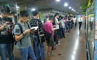 「涼宮ハルヒ」の発売日、書店の前で行列を作る若者ら(香港)