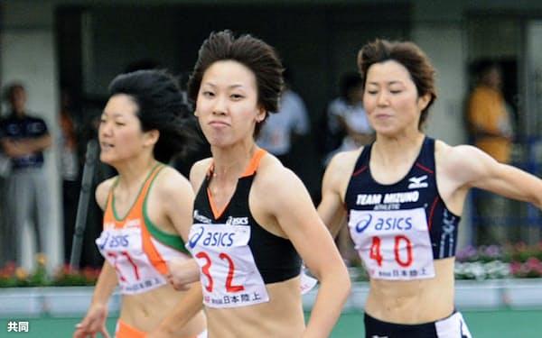 女子100メートル決勝 11秒39で2連覇を達成した福島千里=中央(11日、熊谷スポーツ文化公園陸上競技場)=共同