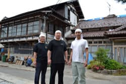 被災した蔵の前に立つ(左から)四ツ谷さん、新沢さん、渡辺さん(18日、宮城県大崎市)