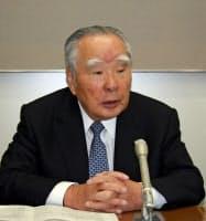 記者会見するスズキの鈴木修会長兼社長(4月1日、浜松市)