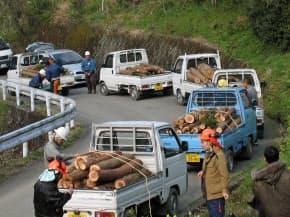 自家所有の山林で切り出した木材を軽トラックに載せ、売りに行く人々の列ができることも(高知県いの町で、NPO法人、土佐の森・救援隊提供)