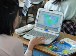 インターネットを活用することで最新情報を授業に取り入れられる(葛飾区立本田小学校)