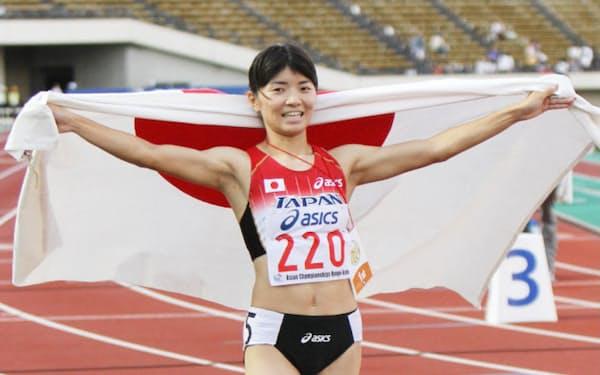 女子400メートルハードルで優勝した久保倉里美(9日、神戸ユニバー記念競技場)