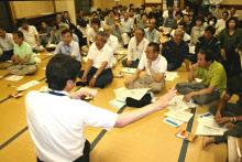 放射線について担当者の説明を聞く住民(2011年6月24日夜、福島県南相馬市)