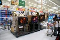 ウォルマート・ストアーズのレジ前に並ぶ各社の薄型テレビ(2008年、米ニュージャージ州)