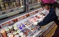 スーパーやコンビニエンスストアでは人気商品を中心に様々なアイスが並ぶ