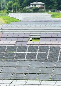 多種類のパネルを並べ設置条件などを実証研究する北杜サイト太陽光発電所(山梨県北杜市)