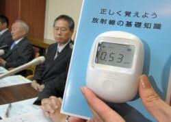 エステーが発売する家庭用放射線測定器「エアカウンター」(26日、東京都中央区)