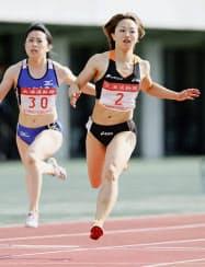 女子100メートル決勝、11秒85で優勝した北風沙織=右=(31日、千代台公園陸上競技場)=共同
