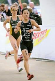トライアスロン世界選手権シリーズ・ロンドン大会第1日・女子 11位になった上田藍のラン(6日、ロンドン)=共同