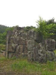 現存する日本最古の洋式高炉があったこの場所にはかつて、1000人が働いていたという(岩手県釜石市の橋野高炉跡)