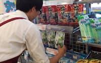 熱中症対策として「塩」入り菓子などの人気が高まっている(神奈川県川崎市のライフ川崎宮内店)