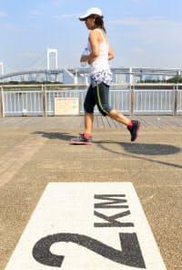 お台場海浜公園のランニングコースを走るランナー(東京都港区)
