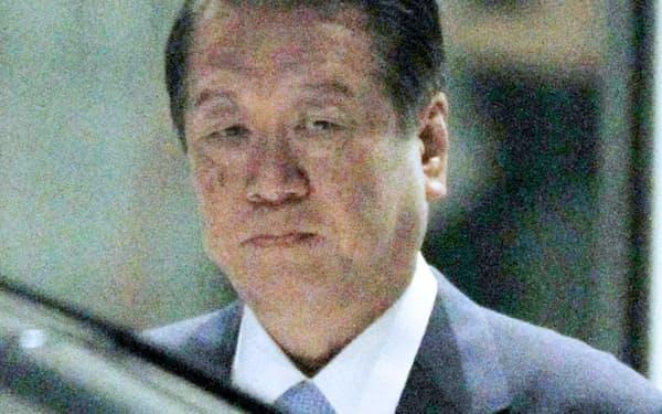 前原氏との会談を終え、衆院第1議員会館を出る小沢元代表(24日午後)