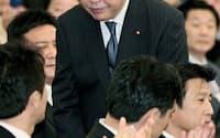 民主党の新代表に選出され、一礼する野田佳彦氏(29日午後、東京都内のホテル)=共同