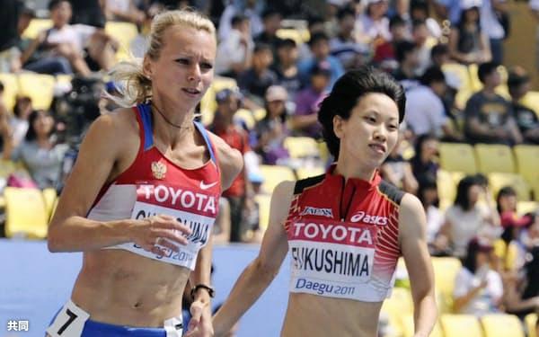 女子200メートル予選 23秒25の1組5着で準決勝進出を決めた福島千里=右(1日、韓国・大邱)=共同