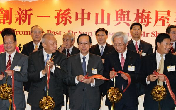 辛亥革命100周年記念イベントの開幕式典に出席した福田康夫・元首相(中央)。前香港行政長官の董建華氏(前列左から2人目)や日本商工会議所の岡村正会頭(同4人目)らも参加(3日、香港)