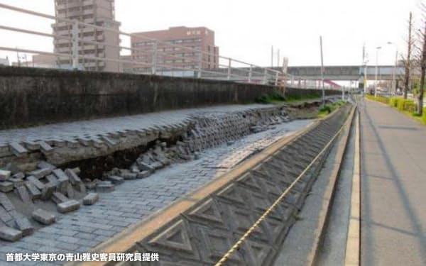 東日本大震災による液状化で首都圏の河川堤防も大きく損傷した(千葉県浦安市、首都大学東京の青山雅史客員研究員提供)