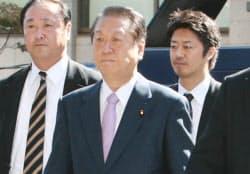初公判のため東京地裁に入る民主党の小沢元代表(6日午前)