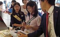資生堂の社員から研究開発の体験談を聞き製品に触れる女子中高生(東京・銀座)