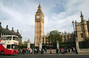 傾斜が進む英ロンドンの大時計(ビッグベン)の塔=共同