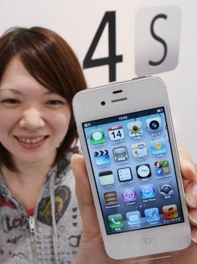 ソフトバンクが発売した「iPhone4S」を手にする女性(14日午前、東京都渋谷区)