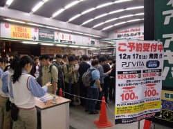 ヨドバシカメラマルチメディアAkibaでは、少しでも早く予約しようと約1200人が行列を作った(東京・千代田)