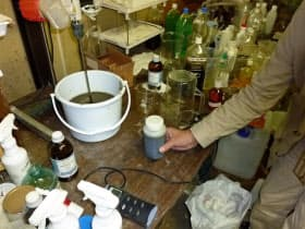 除染用の薬剤を水に混ぜて土壌に浸透させる
