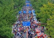 大阪市のメーンストリート御堂筋は、「大大阪(だいおおさか)」と呼ばれた戦前の時期に大幅に拡張された。写真は第1回大阪マラソンに参加したランナーで埋め尽くされた御堂筋(2011年)