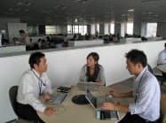 ユニ・チャームは震災後に始めたオフィスの消灯を今も続けている(東京・港)