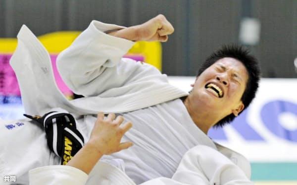 女子78キロ級決勝 緒方亜香里(下)を破って優勝を決め、ガッツポーズする佐藤瑠香(12日、千葉ポートアリーナ)=共同
