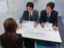 区役所で就職相談をする生活保護受給者(手前)と支援担当者(大阪市平野区)